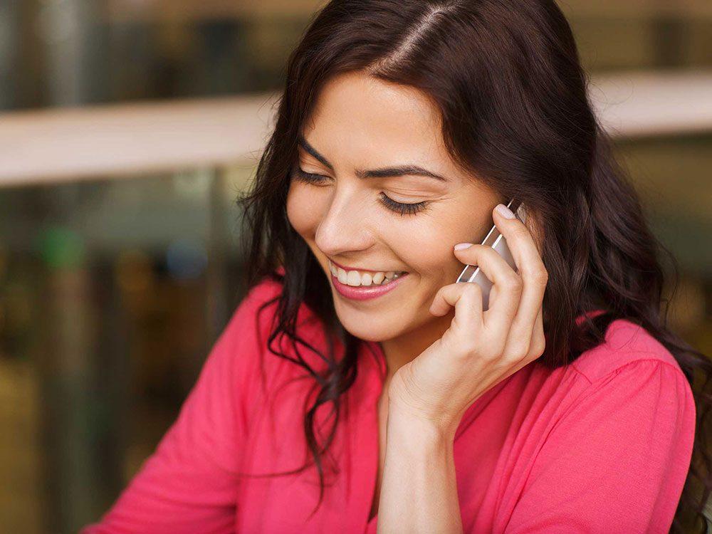 Passer un appel téléphonique quand on s'ennuie.