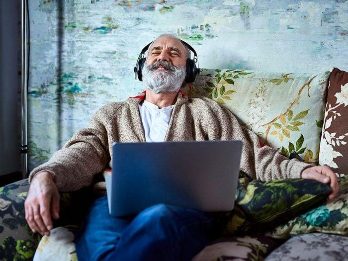 Écouter une nouvelle baladodiffusion quand on s'ennuie.