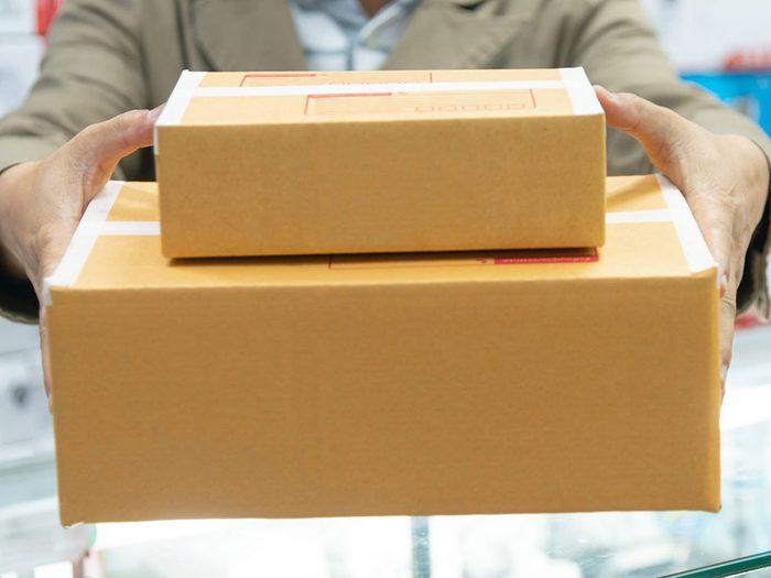 Faire un paquet cadeau et l'envoyer par la poste quand on s'ennuie.