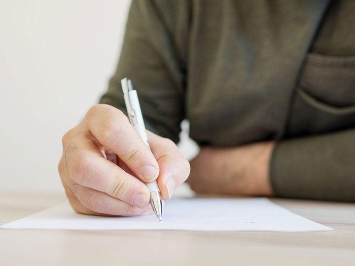 Écrire une lettre quand on s'ennuie.