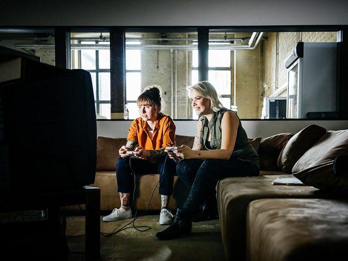 Jouer à un jeu vidéo quand on s'ennuie.
