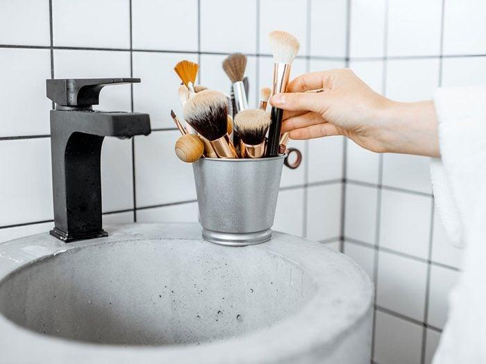 Nettoyer ses pinceaux de maquillage quand on s'ennuie.
