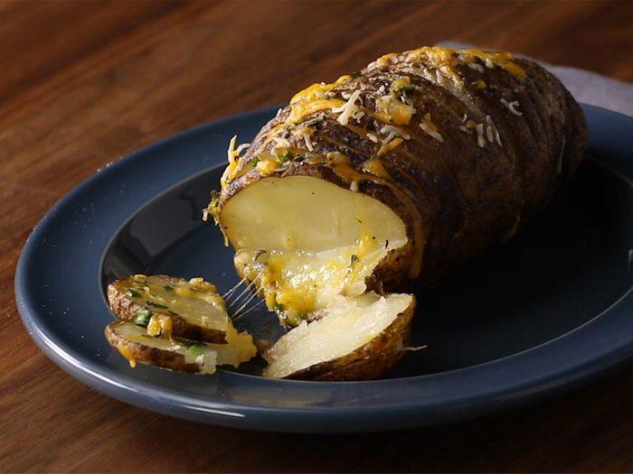 Pommes de terre au four, fromage et fines herbes.