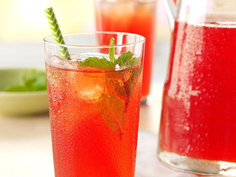 Thé glacé à la menthe et à la rhubarbe.