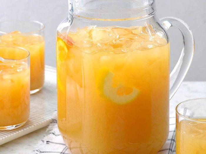 Thé glacé au miel et aux agrumes.