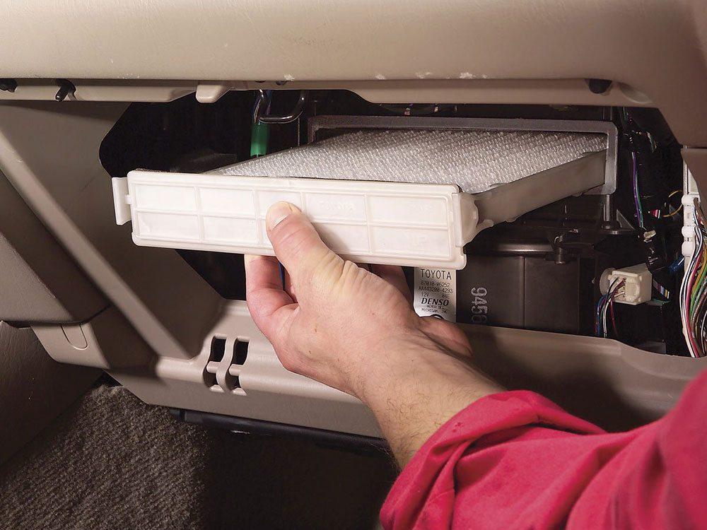 Le remplacement du filtre à air d'habitacle (et d'autres filtres) est l'une des réparations de voiture qui vous font dépenser inutilement.