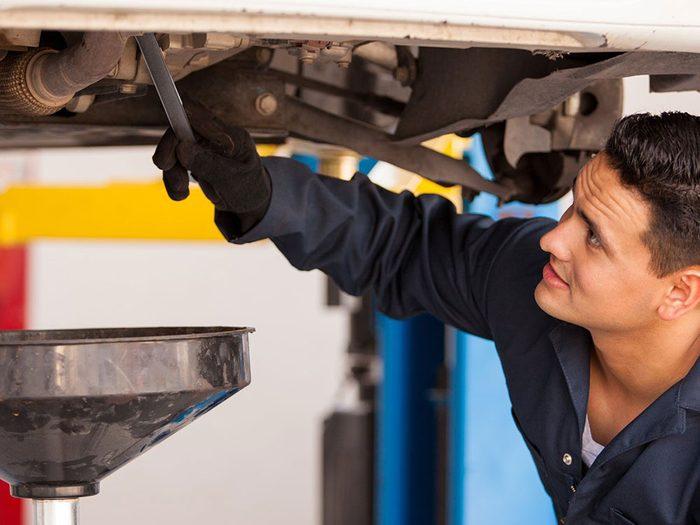 Le changement d'huile aux 6000 kilomètres est l'une des réparations de voiture qui vous font dépenser inutilement.