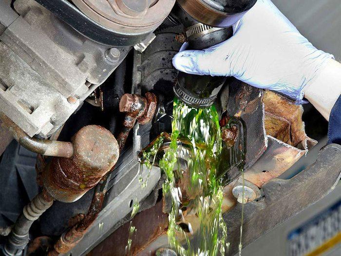 Le rinçage du liquide de refroidissement (antigel) est l'une des réparations de voiture qui vous font dépenser inutilement.