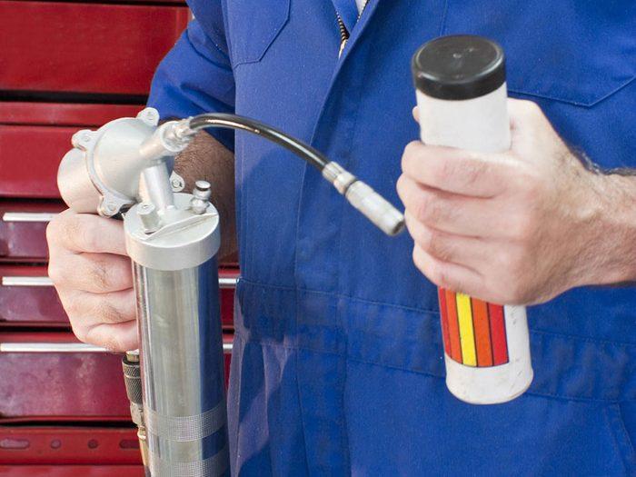 La lubrification est l'une des réparations de voiture qui vous font dépenser inutilement.