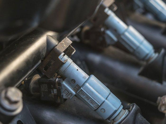Le nettoyage des injecteurs de carburant est l'une des réparations de voiture qui vous font dépenser inutilement.