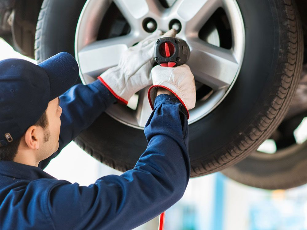 Le balancement et la permutation des pneus font partie des réparations de voiture qui vous font dépenser inutilement.
