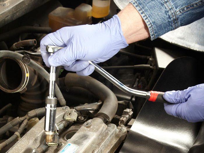 Les mises au point régulières du moteur font partie des réparations de voiture qui vous font dépenser inutilement.