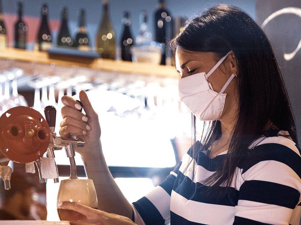 Le bar en action dans les restaurants.