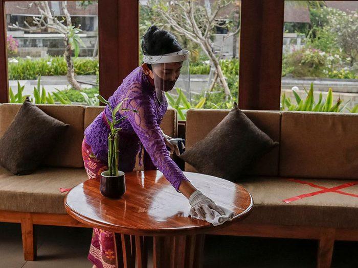 La désinfection des tables est une «nouvelle normalité» dans les restaurants.