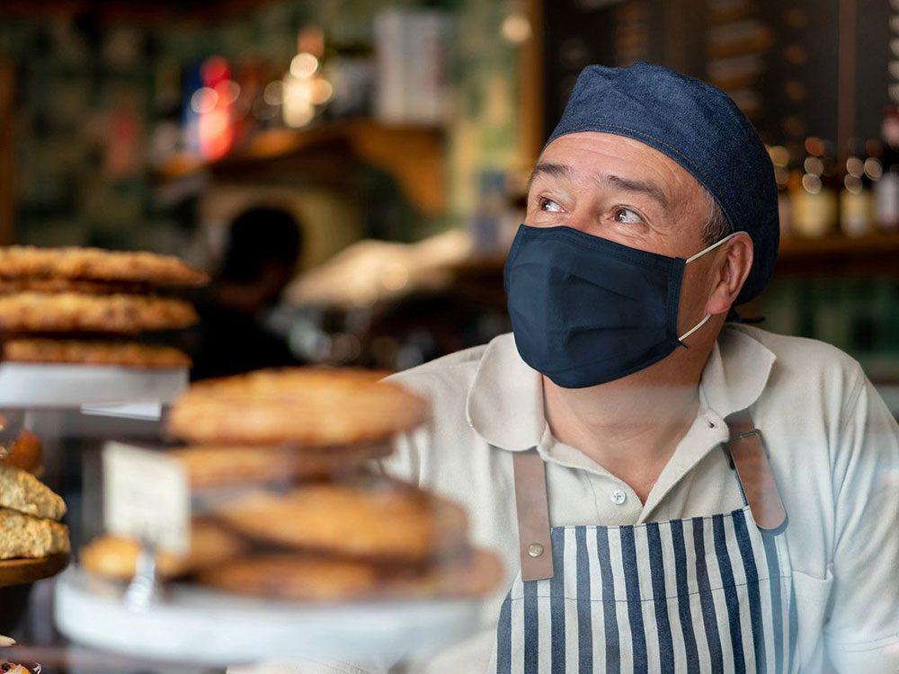 Le barista en attente de clients est une «nouvelle normalité» dans les restaurants.