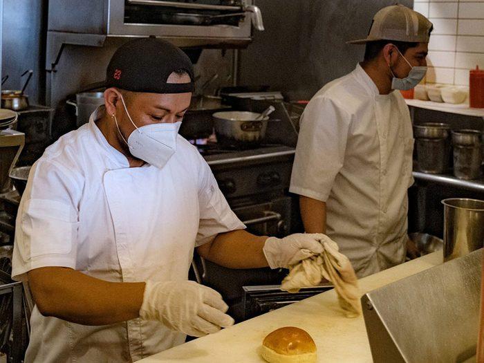 Le cuisinier masqué est une «nouvelle normalité» dans les restaurants.