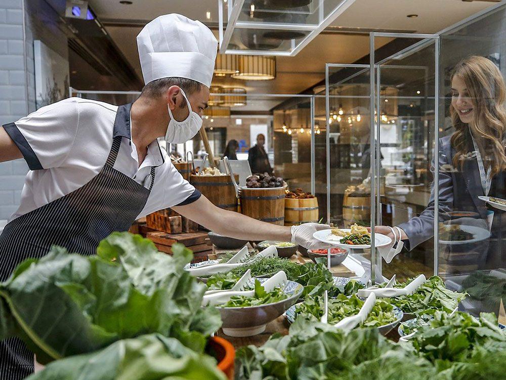 Le service de salade ganté et masqué est une «nouvelle normalité» dans les restaurants.