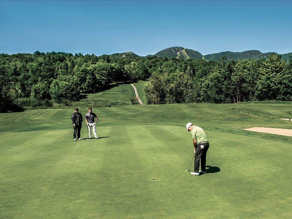 Le club Mont-Orford fait partie des terrains de golf à moins de 100$ au Québec et au Canada.