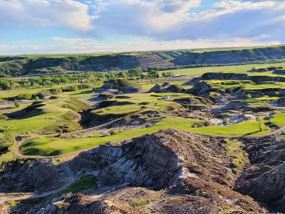 Le club country Dinosaur Trail fait partie des terrains de golf à moins de 100$ au Québec et au Canada.