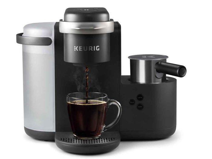 La cafetière et machine à latte et cappuccino Keurig.