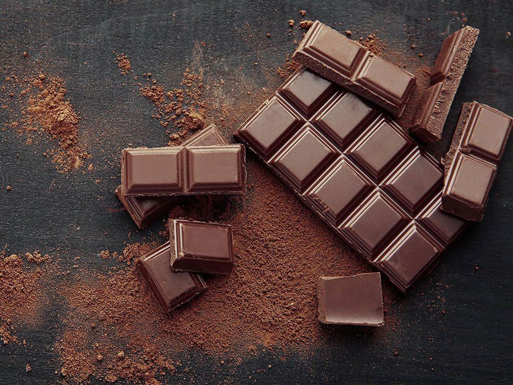 Le chocolat noir fait partie des aliments riches en fer.