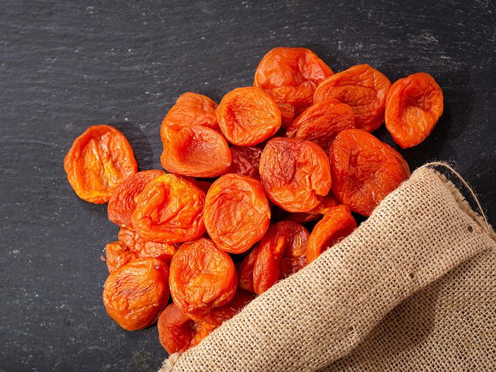 Les abricots secs sont des aliments riches en fer.