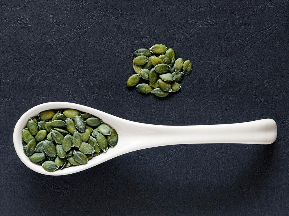 Les graines de sésame et les graines de citrouille sont des aliments riches en fer.