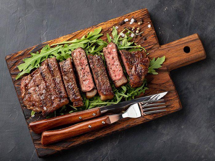 Le bœuf et la viande rouge sont des aliments riches en fer.