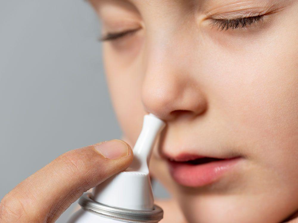 Un vaporisateur nasal sec pour soulager les allergies saisonnières.