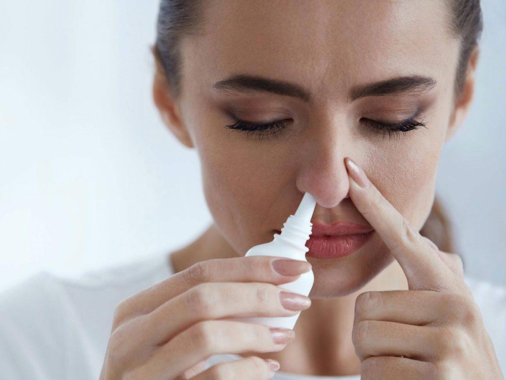 Un vaporisateur nasal aux corticostéroïdes pour soulager les allergies saisonnières.