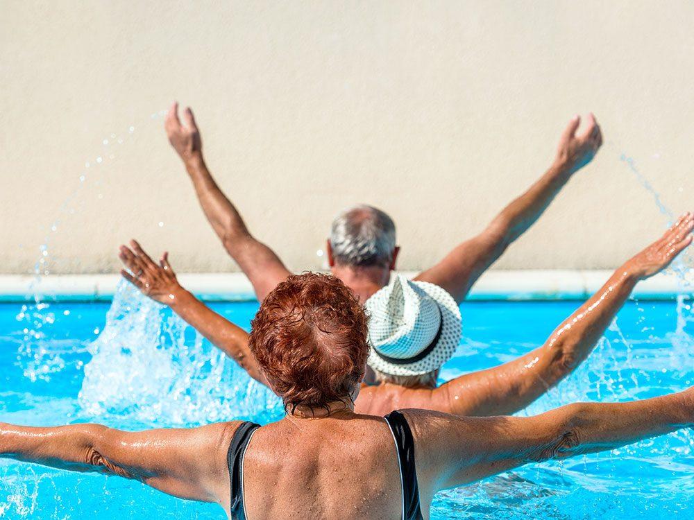 Même si vous êtes moyennement en forme après 60 ans, le sport peut être bénéfique.