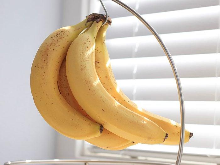 Suspendre les bananes pour mieux les conserver.