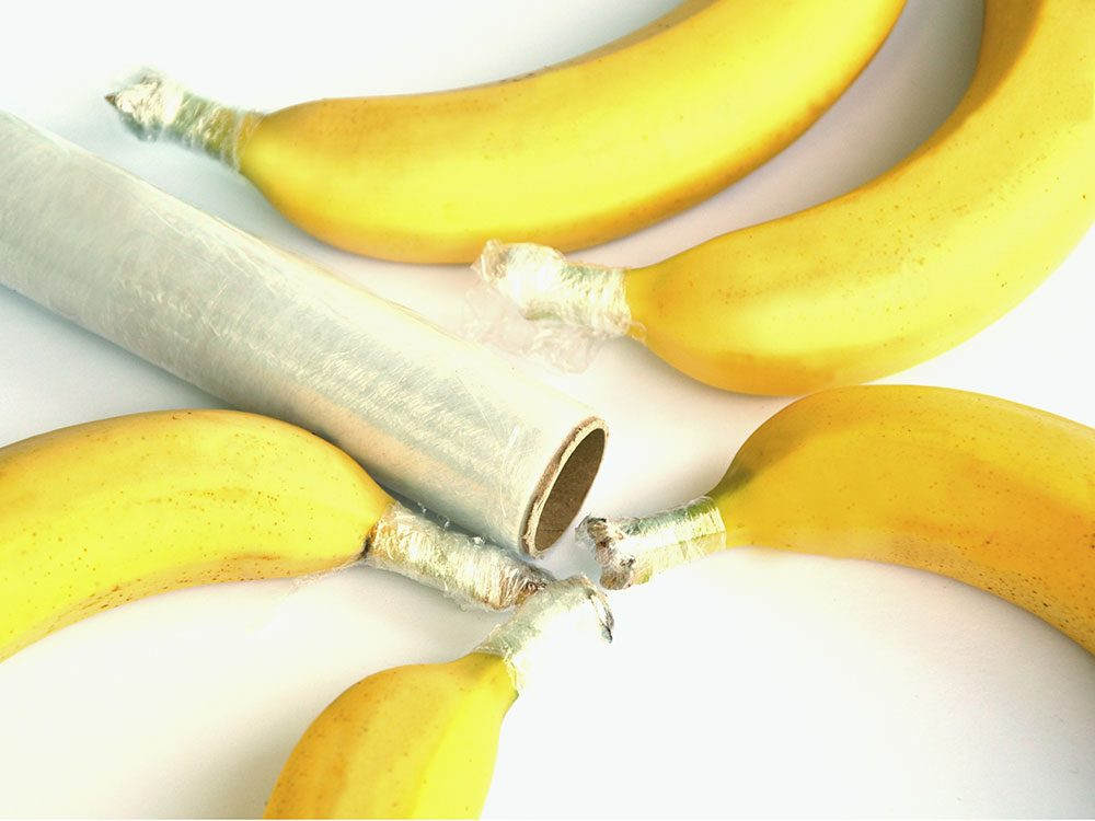 Enveloppez les tiges de banane dans une pellicule plastique pour mieux les conserver.