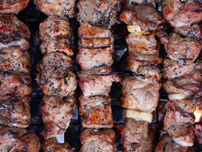 La brochette de poulet grillé fait partie des aliments au barbecue qui sont réellement bons pour votre santé.