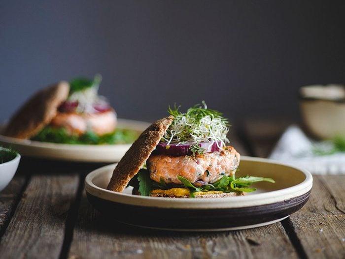 Le hamburger de saumon fait partie des aliments au barbecue qui sont réellement bons pour votre santé.