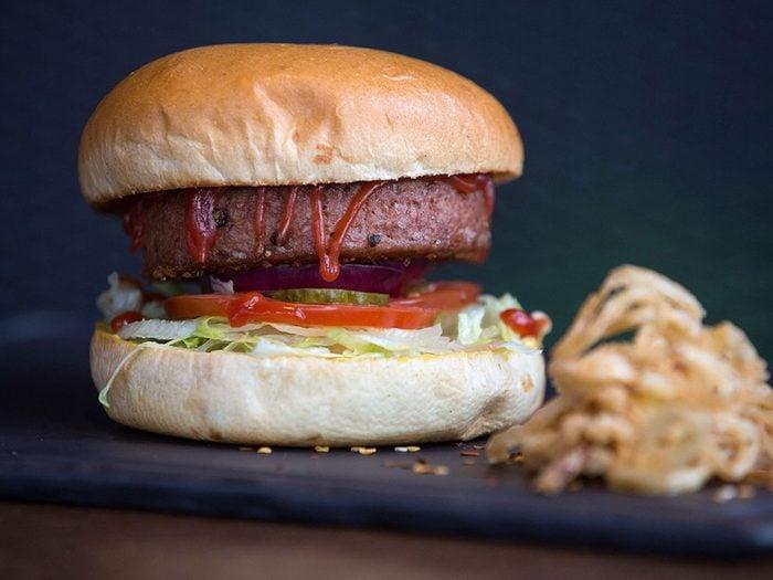 Le hamburger végé fait partie des aliments au barbecue qui sont réellement bons pour votre santé.