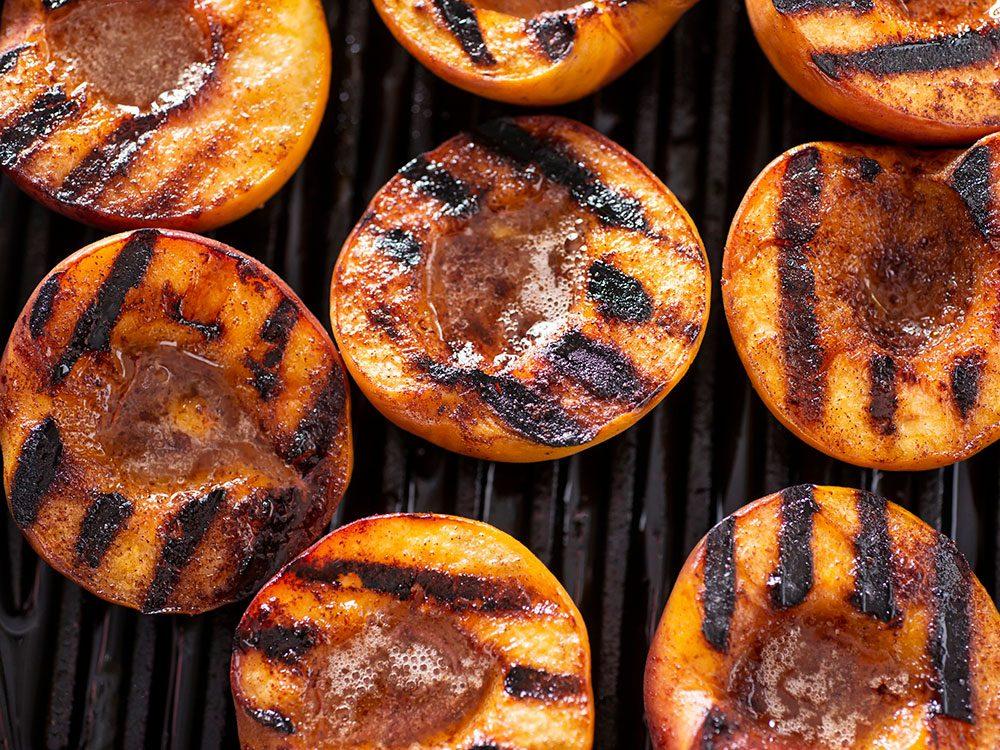 Les pêches grillées font partie des aliments au barbecue qui sont réellement bons pour votre santé.