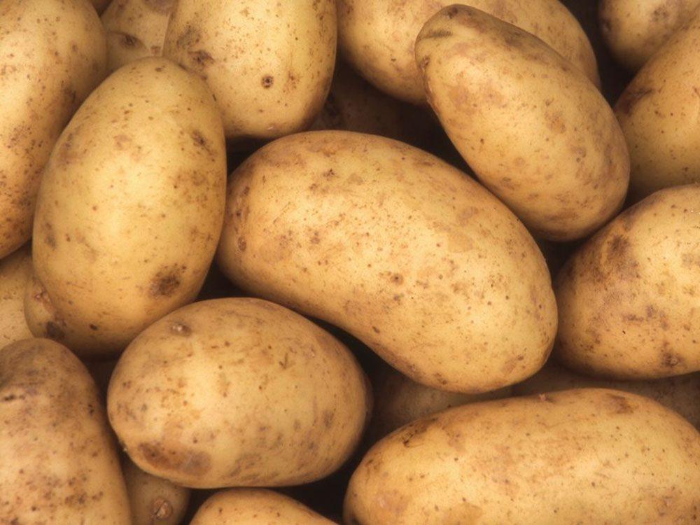 La salade de pommes de terre (sans mayo) fait partie des aliments au barbecue qui sont réellement bons pour votre santé.
