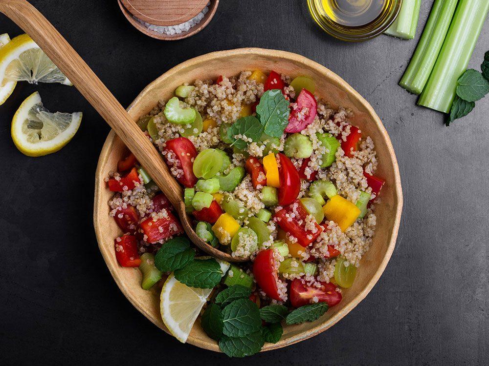 La salade aux grains anciens fait partie des aliments au barbecue qui sont réellement bons pour votre santé.