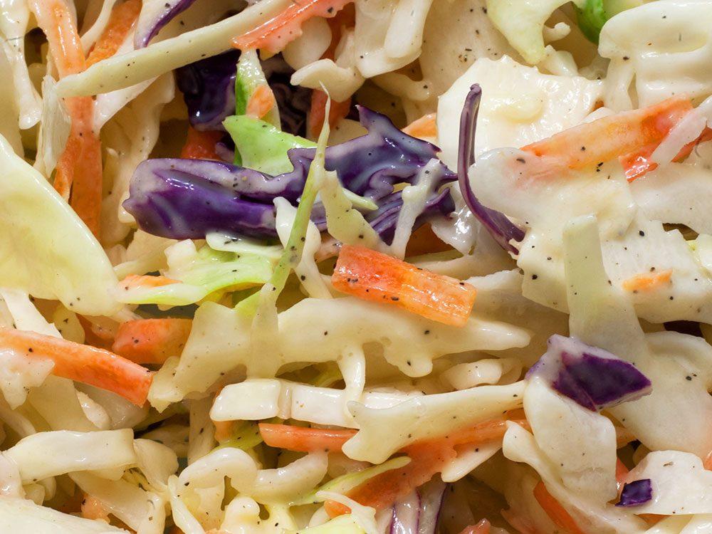 La salade de chou fait partie des aliments au barbecue qui sont réellement bons pour votre santé.