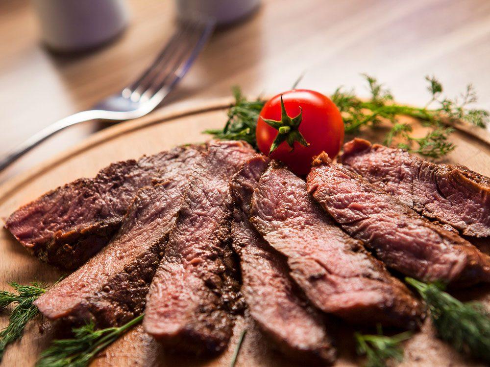 Le steak maigre fait partie des aliments au barbecue qui sont réellement bons pour votre santé.