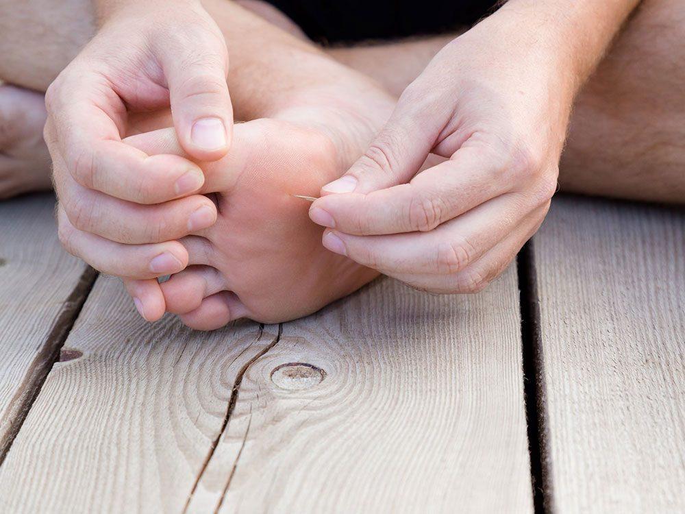 Vous pourriez avoir des échardes dans les pied à cause de vos gougounes.