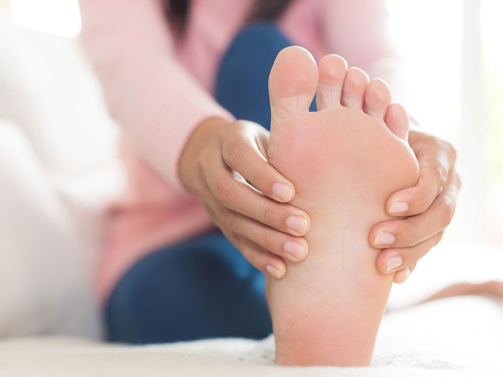 Vous pourriez ressentir une douleur à l'avant du pied à cause de vos gougounes.