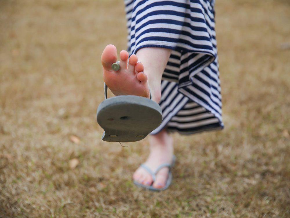 En gougounes vos pieds sont sans protection.