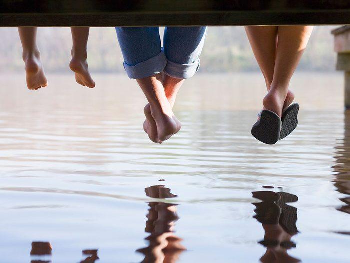 Vous pourriez avoir des problèmes de pieds jusqu'à l'os à cause de vos gougounes.