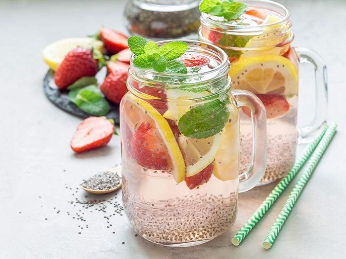 Une solution santé rapide est d'ajouter une cuillère à thé de graines de chia à votre boisson désaltérante préférée.