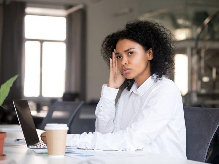 Les courriels grivois ou suggestifs font partie du harcèlement sexuel au travail.