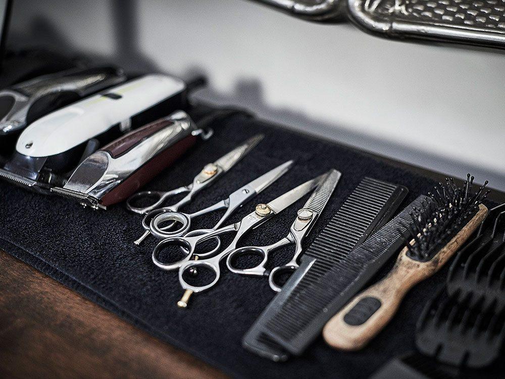 Pensez à bien nettoyer les brosses et le matériel de coiffure.