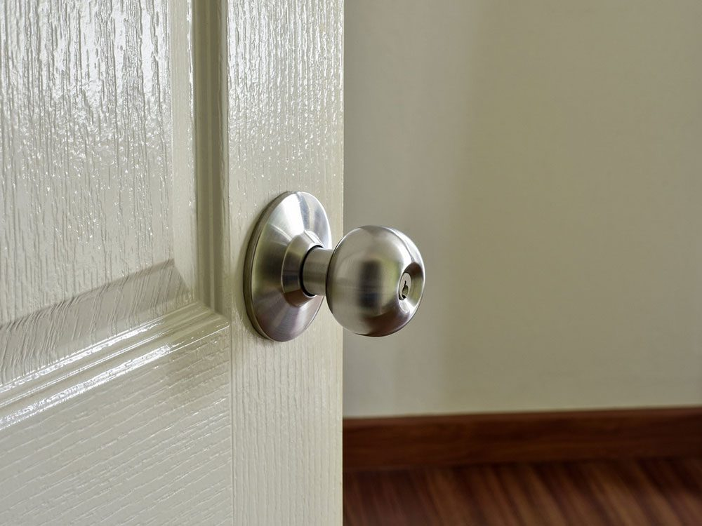 Pensez à bien nettoyer les poignées de porte.