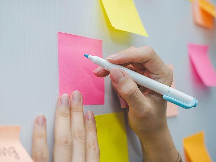 Les notes autocollantes font partie des objets du quotidien qui est souvent mal utilisé.